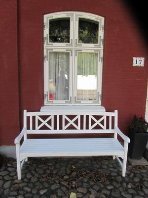 Bank vor dem Fenster